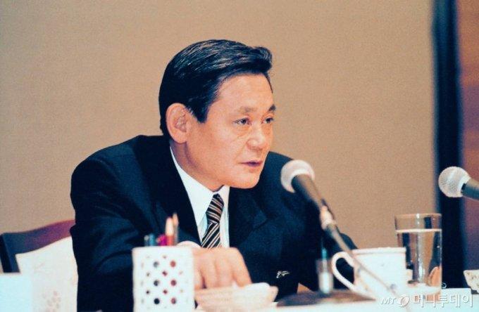 1993년 신경영을 선언한 이건희 삼성 회장이 임직원들에게 메시지를 전달하고 있다. / 사진제공=삼성