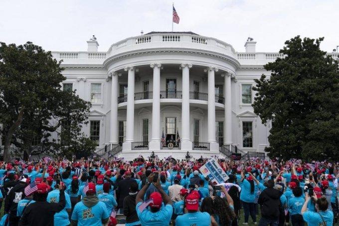 [워싱턴=AP/뉴시스] 도널드 트럼프 미국 대통령이 지난 10일(현지시간) 백악관 발코니에서 '법과 질서'를 주제로 연설하고 있다.  2020.10.11