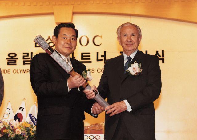 이건희 삼성전자 회장이 1997년 신라호텔에서 1998년 일본 나가노 동계 올림픽과 2000년 호주 시드니 올림픽 후원사 권리를 갖는 올림픽 파트너 계약을 체결하고 있다. /사진제공=삼성전자