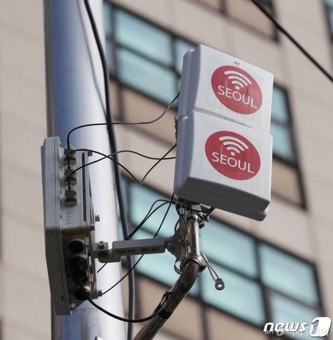 (서울=뉴스1) 이성철 기자 = 서울시가 기존 공공와이파이보다 속도가 4배 빠른 최신 공공와이파이6 서비스 '까치온(Kkachi On)'을 5개 자치구에 있는 전통시장, 공원, 문화체육시설, 역사 주변 등 많은 사람들이 이용하는 시설에서 시범 서비스를 한다고 밝혔다. 9일 서울 시내에 와이파이 중계기가 설치돼 있다. 2020.9.9/뉴스1