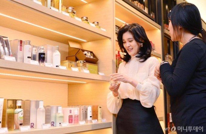 이부진 호텔신라 사장이 2016년 신라아이파크면세점 그랜드오픈에 맞춰 서울 한강로 신라아이파크면세점을 찾아 매장을 둘러보는 모습. /사진=머니투데이DB