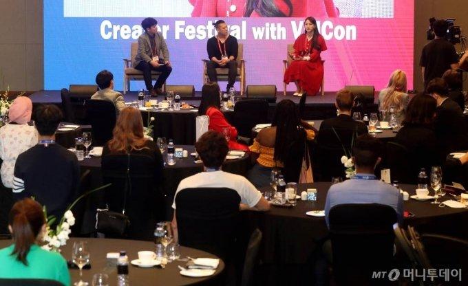 권순홍 와이아이케이미디어 대표, 제니 리 프리랜서 크리에이터가 27일 오후 여의도 콘래드 서울에서 열린 머니투데이 주최 '2020 키플랫폼' 전야행사 '비드콘(VidCon)과 함께하는 크리에이터 페스티벌'에서 전문가 토크하고 있다. / 사진=홍봉진기자 honggga@