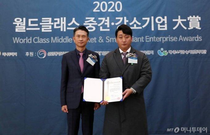 2020 월드클래스 중견·강소기업대상' 시상식에서 글로벌 탑 비즈니스 최우수상을 수상한 부성디앤씨 김다훈(오른쪽), 머니투데이 박종면 대표로부터 상장을 받은 뒤 기념촬영을 하고 있다.