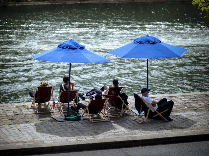 지난 7월(현지시간) 프랑스 파리의 센강 주변에서 사람들이 그늘막 의자에 앉아 휴식하고 있다. /사진=[파리=AP/뉴시스]
