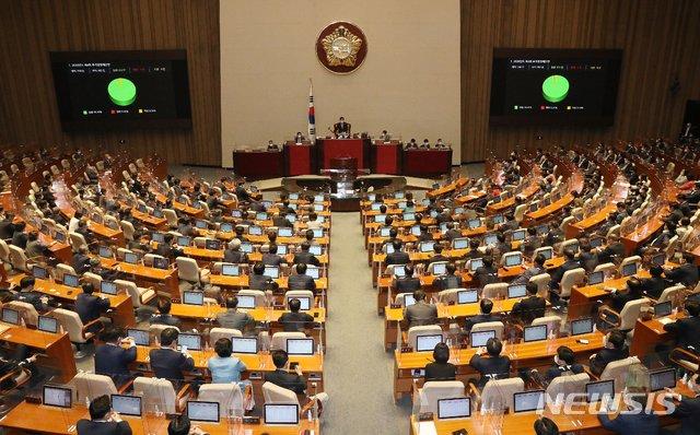 지난달 22일 오후 서울 여의도 국회에서 열린 본회의에서 2020년도 제4회 추가경정예산안이 재석 282인, 찬성 272인, 반대 1인, 기권 9인으로 통과하고 있다. / 사진제공=뉴시스
