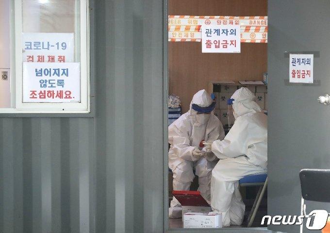 26일 오전 서울 성동구 마장로 성동구보건소에 마련된 선별진료소에서 의료진이 코로나19 검사를 준비하고 있다. 질병관리청 중앙방역대책본부에 따르면 26일 0시 기준으로 국내 신종 코로나바이러스 감염증(코로나19) 신규 확진자가 119명 발생했다. 전일 61명보다 58명 늘어난 가운데, 사흘만에 다시 100명대로 증가했다. 신규 확진자 119명의 신고 지역은 서울 20명, 인천 3명, 대전 1명, 울산 해외 1명, 세종 해외 1명, 경기 67명(해외 2명), 충북 2명(해외 1명), 충남 1명, 경북 3명, 경남 3명, 검역과정 17명 등이다. 2020.10.26/뉴스1 © News1 임세영 기자