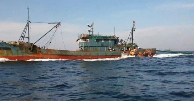 25일 오후 소연평도 앞바다에서 해경에게 나포된 불법조업 중국어선. /사진=해경