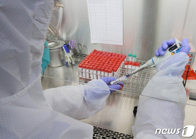 대전 유성구 대전보건환경연구원에서 연구원들이 신종 코로나바이러스 감염증(코로나19) 진단검사를 하고 있다. 뉴스1 © News1 김기태 기자
