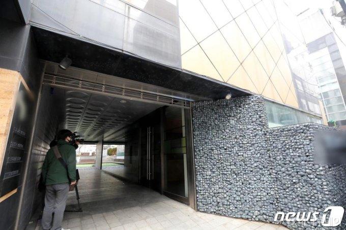 (서울=뉴스1) 박정호 기자 =  '프로포폴' 상습투약 의혹 관련 보도가 나온 13일 오후 서울 강남의 한 병원에서 취재진이 모여 있다.  2020.2.13/뉴스1