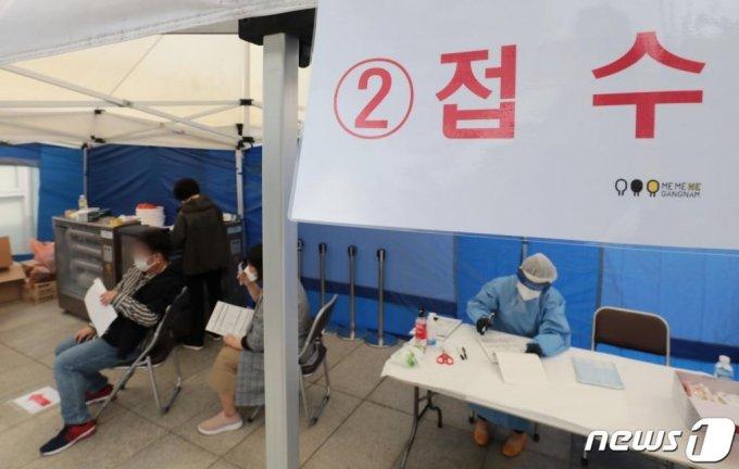 22일 서울 강남구 대치2동 주민센터 앞에 설치된 선별진료소에서 시민들이 진단검사를 받고 있다./사진=뉴스1