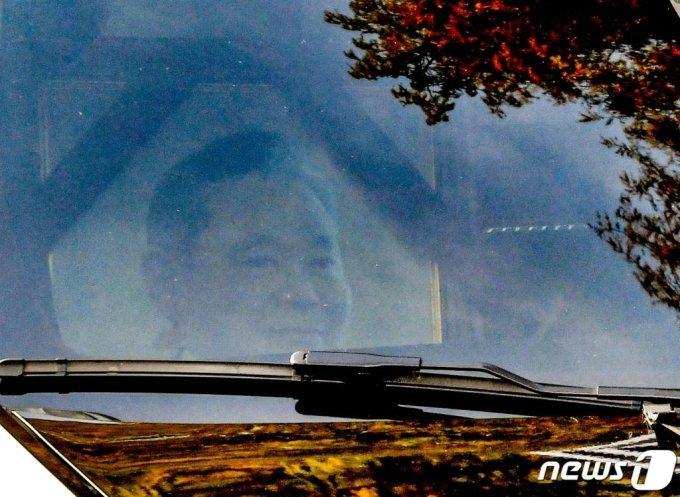 고(故) 이건희 삼성전자 회장의 발인식이 열린 28일 오전 서울 강남구 삼성서울병원 장례식장에서 고인의 운구차량 앞 조수석에 고인의 영정이 보이고 있다. /뉴스1=사진공동취재단