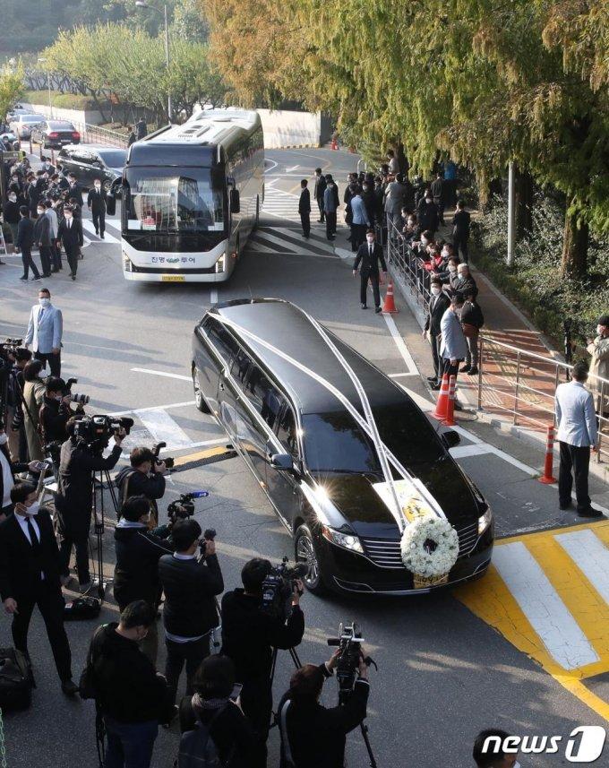 28일 오전 고 이건희 삼성전자 회장의 운구차량이 서울 일원동 삼성의료원 장례식장을 빠져나오고 있다.  /뉴스1=사진공동취재단