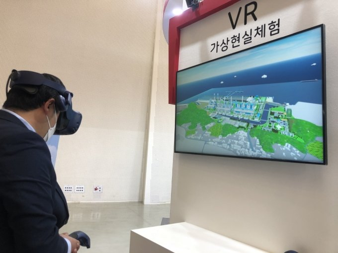 28일 서울 동대문 디자인플라자(DDP)에서 열린 '2020 그린뉴딜 엑스포' 한국동서발전 전시관에서 한 시민이 VR(가상현실) 기기를 체험하고 있다. /사진=강민수 기자