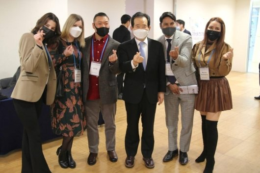28일 서울 동대문디자인플라자(DDP)에서 열린 '2020 그린뉴딜 엑스포'에서 정세균 총리(오른쪽 세번째)가 글로벌 인플루언서들과 만나 기념촬영하고 있다./사진제공=인플루언서글로벌협동조합