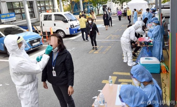 [나주=뉴시스] 류형근 기자 = 26일 오전 전남 나주시청 공무원이 신종 코로나바이러스 감염증(코로나19) 확진 판정을 받아 나주시청사가 임시폐쇄된 가운데 직원들이 선별진료소에서 코로나19 검사를 받고있다. 2020.10.26.   hgryu77@newsis.com