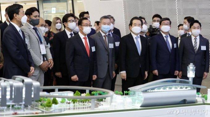 정세균 국무총리, 홍선근 머니투데이 회장 등 참석자들이 28일 서울 동대문디자인플라자에서 열린 '2020 그린뉴딜 엑스포' 개막식에서 SK이노베이션 부스를 둘러보고 있다. / 사진=이기범 기자 leekb@