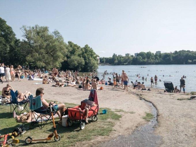 [스톡홀름=신화/뉴시스]지난 8월 9일(현지시간) 스웨덴 수도 스톡홀름에 있는 한 호숫가에서 마스크를 쓰지 않은 사람들이 여가를 보내고 있다. 2020.08.10.