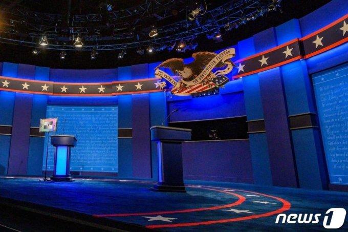 21일(현지시각) 테네시주 내슈빌의 벨몬트 대학에서 공화당 후보인 도널드 트럼프 대통령과 민주당 후보인 조 바이든 전 부통령의 마지막 TV 토론회가 열릴 무대가 준비되어 있다. ⓒ AFP=뉴스1