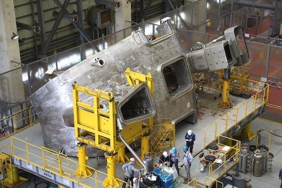 현대중공업 기술자들이 핵융합로 진공용기를 제작하고 있다/사진=국가핵융합연구소