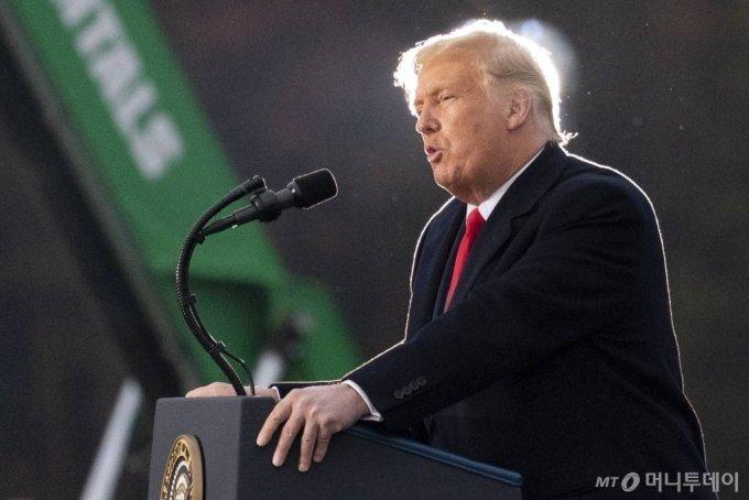 [마틴스버그=AP/뉴시스]도널드 트럼프 미국 대통령이 26일(현지시간) 미 펜실베이니아 마틴스버그 앨투나-블레어 카운티 공항에서 선거 유세를 하고 있다. 2020.10.27.