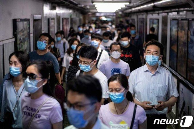 8일 베이징의 출근시간 지하철역에 마스크를 쓴 시민들이 북적이고 있다.   ⓒAFP /사진 = 뉴스1