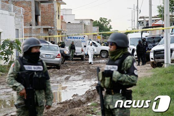 지난 7월1일(현지시간) 멕시코 중부 과나후아토주 이라푸아토시에서 발생한 살인 사건 현장에서 주 방위군이 경계를 서고 있다./사진제공=AFP/뉴스1