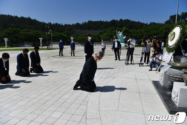 김종인 미래통합당 비상대책위원장이 올해 8월 19일 오전 광주 북구 국립5·18민주묘지에서 무릎 꿇고 참배하고 있다. /사진=뉴스1.