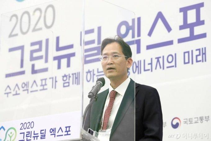 이재훈 한국가스안전공사 부장이 29일 서울 동대문디자인플라자에서 열린 '2020 그린뉴딜 엑스포' 컨퍼런스 수소도시에서 '장·단기 그린뉴딜 수소도시 건설모델 및 안전·운영관리 방향'에 대해 발표하고 있다. / 사진=이기범 기자 leekb@
