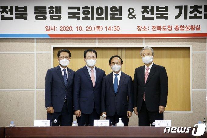 김종인 국민의힘 비대위원장(오른쪽 첫번째)과 정운천 국민통합위원장(왼쪽 첫번째), 성일종 전북동행 국회의원(왼쪽 두번째), 심민 임실군수(오른쪽 두번째)가 기념 촬영을 하고 있다.(임실군 제공)2020.10.29/© 뉴스1