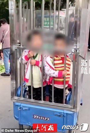 심륜오토바이 뒤에 설치돤 철창속 아이들. (중국 두인 캡쳐) © 뉴스1