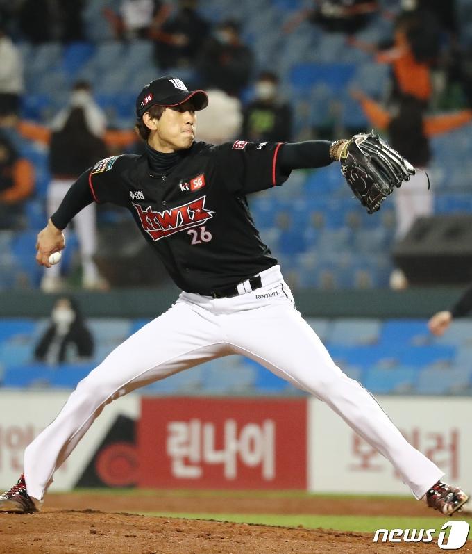 [사진] KT 마무리 투수 김민수 투입