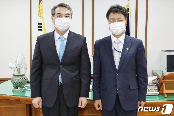 [사진] 중앙지법 찾은 김용래 특허청장
