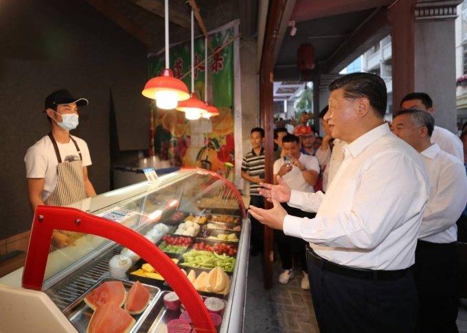 [산터우=신화/뉴시스]시진핑 중국 국가주석이 13일(현지시간) 중국 남부 광둥성 산터우를 방문해 구도심 지역을 거닐며 지역 상인과 얘기하고 있다. 2020.10.14.