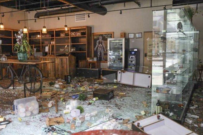 [시카고=AP/뉴시스]지난 8월 10일(현지시간) 미 일리노이주 시카고에서 밤새 발생한 폭동과 약탈로 피해 본 보석상이 보인다. 2020.08.11.