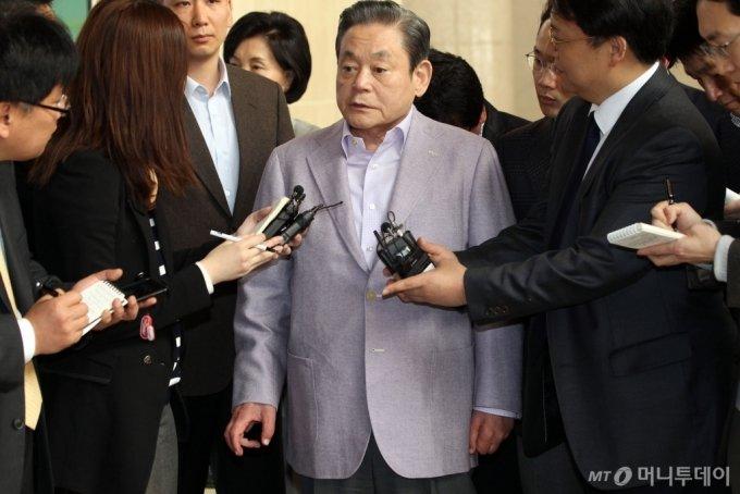 2011년 3월 31일 김포공항으로 출국전 고 이건희 삼성 회장이 이명박 정부의 경제정책 성과와 관련한 '낙제발언'에 대한 기자들의 질문에 답하고 있다. 이 회장 뒤로 홍라희 전 리움미술관장의 모습이 보인다./사진=머니투데이DB