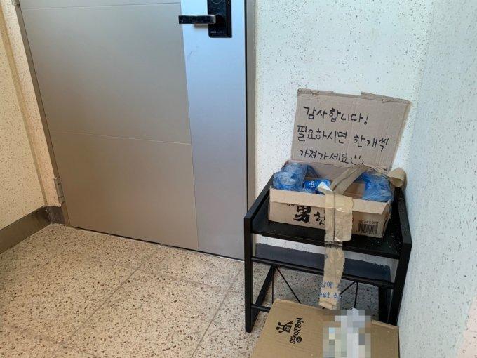 22일 오후 4시쯤 충청남도 서산시 한 아파트 복도에 택배기사들을 위한 캔 음료가 놓여있다./사진=이강준 기자
