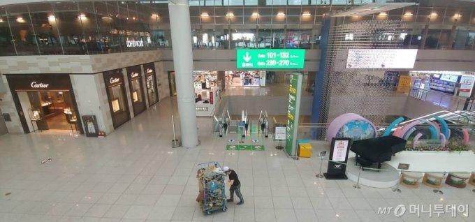 [인천공항=뉴시스]홍찬선 기자 = 인천공항 면세구역이 한산한 모습을 보이고 있다. 2020.10.12.  mania@newsis.com
