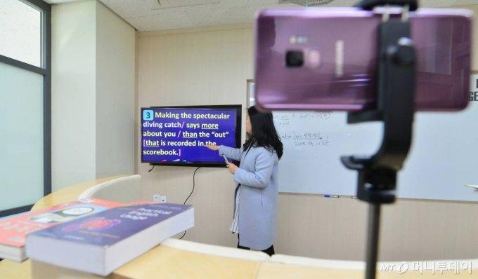 2일 인천 서구 초은고등학교에서 선생님이 코로나19 대응 원격교육을 위한 수업 영상을 녹화하고 있다./사진=이기범 기자