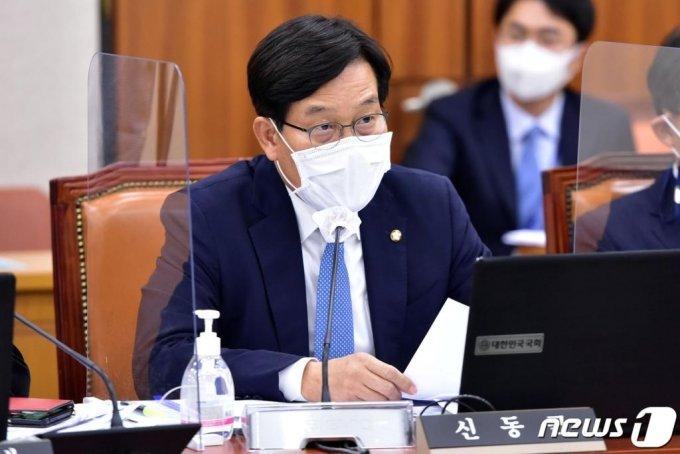 신동근 더불어민주당 의원이  서울 여의도 국회에서 열린 법제사법위원회의 국정감사에서 질의하고 있다./사진=뉴스1