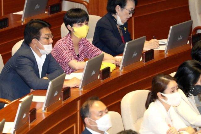 류호정 정의당 의원이 4일 서울 여의도 국회에서 열린 제380회국회(임시회) 제8차 본회의에 참석해 있다..사진=이기범 기자 leekb@<br />