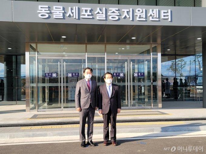 (왼쪽부터)권경훈 스마젠 회장과 정세균 국무총리가 경북 바이오 산업단지의 동물세포실증지원센터에서 기념촬영하고 있다/사진제공=스마젠