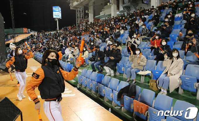 [사진] 응원 펼치는 한화팬