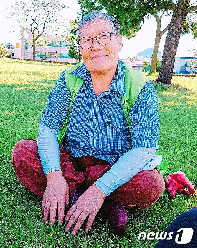 공공근로자 이유순 할머니(71·제주 서귀포시)가 잔디 관리 작업 중 잠시 장갑을 벗고 휴식을 취하고 있다.(이유순 할머니 제공) /© News1