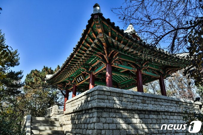 평양 모란봉 정상에 세워진 최승대 전경. (미디어한국학 제공) 2020.10.31.© 뉴스1