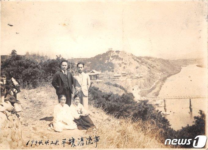 일제강점기 때인 1934년 봄 평양의 한 가족이 모란봉에 올라 사진 촬영을 하고 있다. 바로 뒤쪽으로 보이는 건물이 청류정이고, 그 뒤로 영명사와 부벽루가 보이고, 정상에 서 있는 최승대가 멀리 보인다. (미디어한국학 제공) 2020.10.31.© 뉴스1