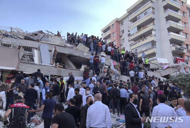 30일(현지시간) 터키 서부 항구 도시 이즈미르에서 에게해 규모 7.0 지진으로 건물이 붕괴해 구조팀이 인명 구출을 하고 있다. 2020.10.30./사진=[이즈미르=AP/뉴시스]