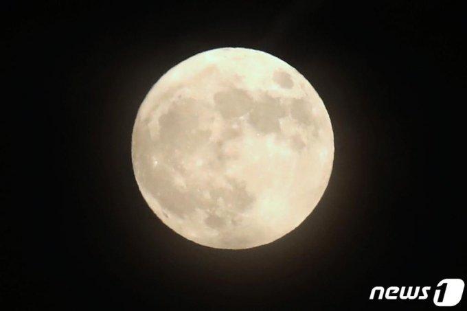 핼러윈데이(Halloweenday)인 31일 오후 울산 태화강 상공에 19년 만에 '핼러윈 블루문'이 떠 있다./사진= 뉴스1