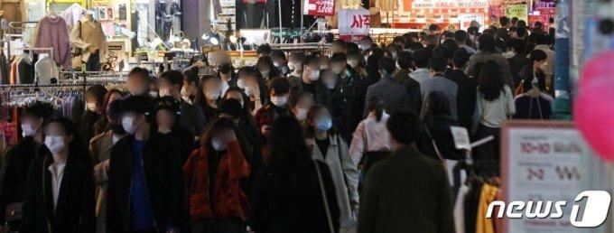 핼러윈데이(Halloweenday)인 31일 오후 서울 마포구 홍대거리가 북적이고 있다./사진= 뉴스1