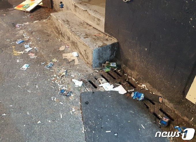 핼러윈데이를 맞은 31일 부산 부산진구 서면 술집거리가 담배꽁초와 쓰레기로 뒤덮여 있다.2020.10.31© 뉴스1 노경민 기자