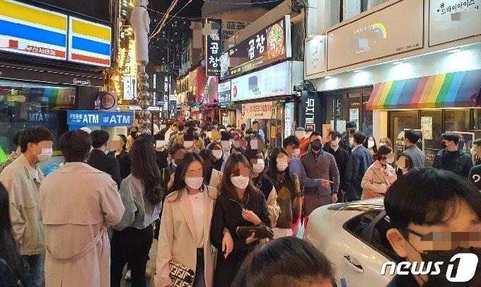 31일 부산 부산진구 서면 유흥가 일대가 주말과 핼러윈데이를 맞아 북적이고 있다.2020.10.31/뉴스1 © News1 노경민 기자